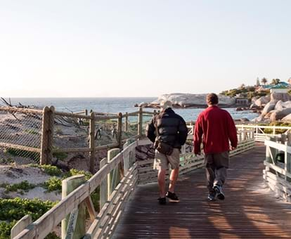Turistas acuden abrigados por el frío a la playa